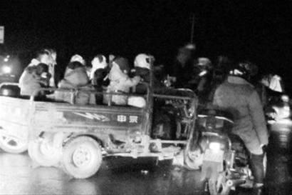 当时村民逃亡的场景。图据东方早报
