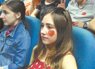 图为南京师范大学、江南大学等江苏高校的留学生在观看国庆阅兵电视直播。