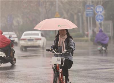 """南京开启""""湿冷模式""""。新华报业视觉中心记者 宋宁 摄"""