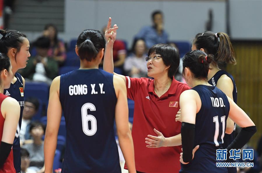9月24日,中国队主教练郎平(中)在比赛间隙指挥。 当日,在日本札幌举行的2019年女排世界杯赛第二阶段A组循环赛中,中国队以3比0战胜肯尼亚队。 新华社记者贺灿铃摄