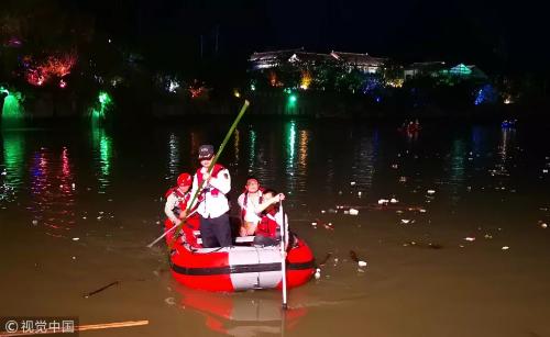 救援人员连夜搜救。