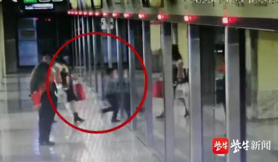 南京6岁男孩抢上地铁与妈妈走散 因担心被揍一路哭到底站