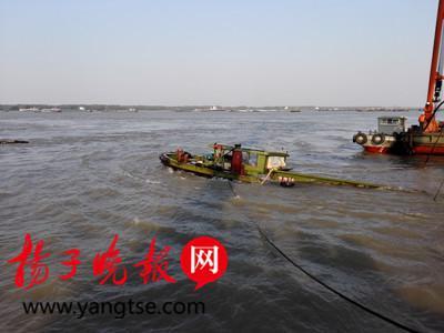 """""""海翔16""""船舶打捞出水。"""