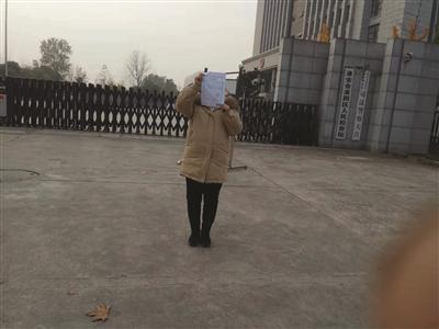 王芳拿到了抗诉答复书。