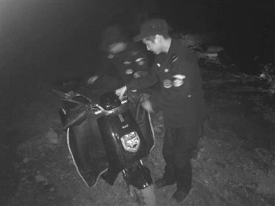 民警合力将刘小姐的电动车从泥潭里抬了出来