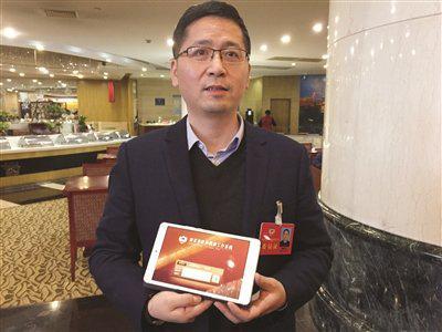 陈晓宇委员说,用平板电脑提交、下载材料很方便。 张可 摄