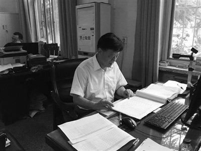 孙一峰在河南濮阳县民政局查找资料。