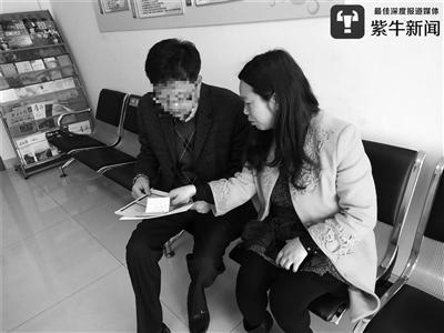老人的侄女婿向站长刘瑞菊咨询相关事情。