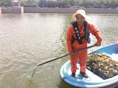 全副武装的叶国为正在清理河道垃圾。