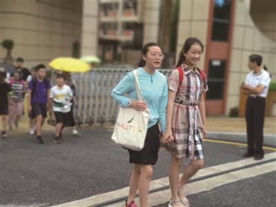 测试结束学生走出学校。