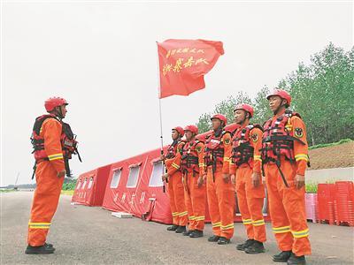 江苏消防救援总队队员抵达沭阳防汛抗洪。丁华明摄