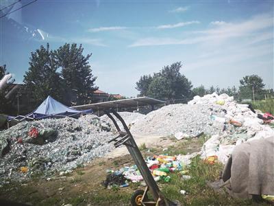 数十吨医疗废弃物露天摆放,有的抗生素小玻璃瓶里还有残留的药水。