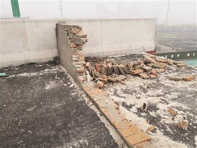 """轿车驶入""""断头""""高架路 从17米高处坠落致3死1伤"""