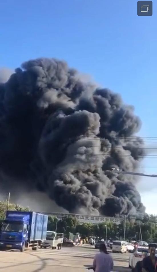7月29日6时30分,位于机场路立益纺织有限公司发生火情。视频截图