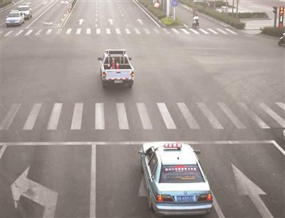 警车开道紧急送医。红光摄