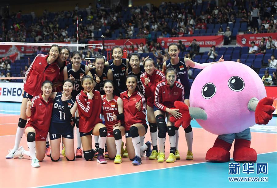 9月24日,中国队球员在比赛后合影。 当日,在日本札幌举行的2019年女排世界杯赛第二阶段A组循环赛中,中国队以3比0战胜肯尼亚队。 新华社记者贺灿铃摄