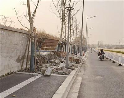 2月24日事发地点,人行道上的碎砖块依然没有被清理。