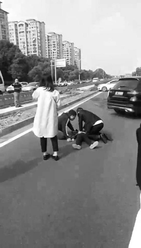 李飞医生在事故现场为孩子做心肺复苏