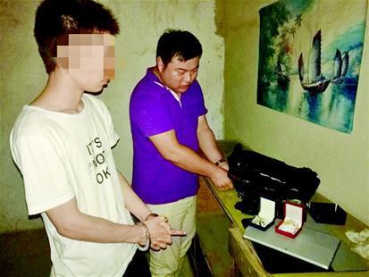 万某(左一)和他盗窃的部分财物。 本文图片均来自楚天都市报