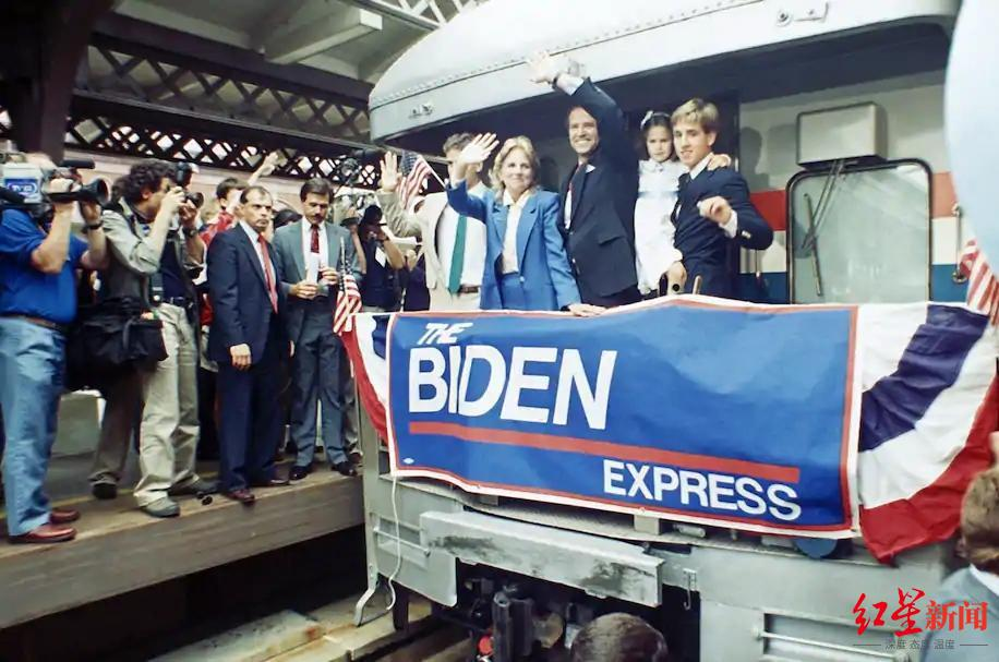 ↑ 1987 年 6 月,参议员拜登第一次宣布将竞选美国总统时,在驶离威尔明顿的火车上挥手致意。图据《美联社》