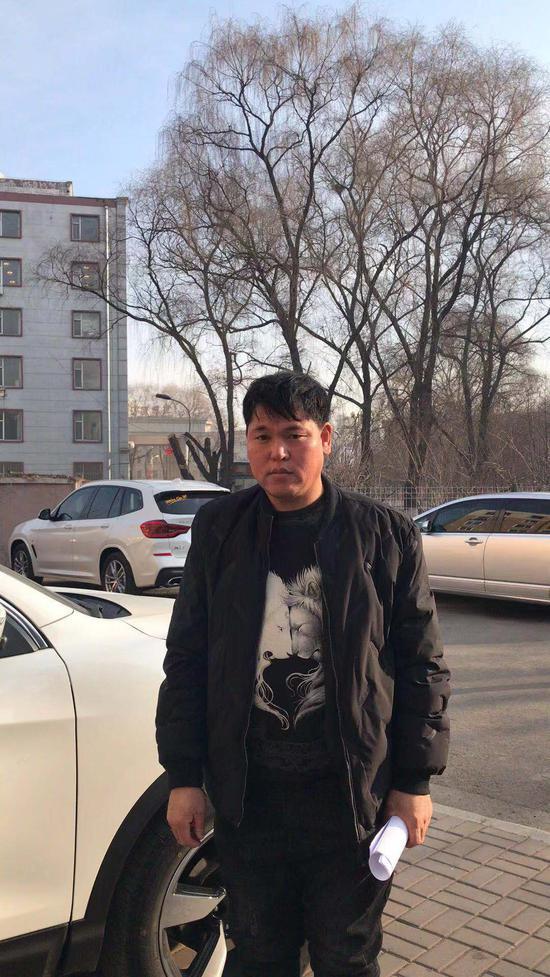 1月7日,刘忠林在辽源中院领取国家赔偿决定书。受访者供图
