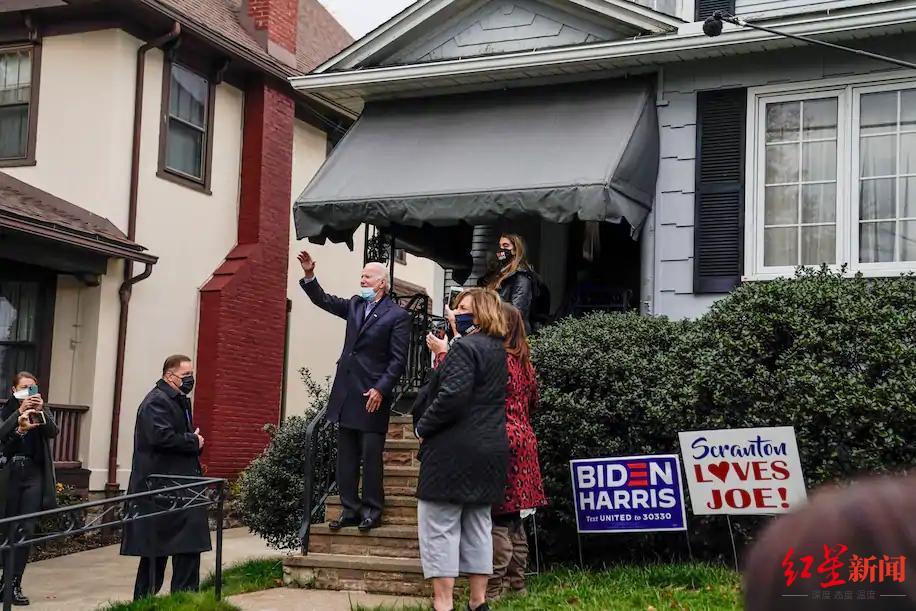 ↑大选日当天,拜登在宾夕法尼亚州斯克兰顿童年时的家中向支持者致意。图据《华盛顿邮报》