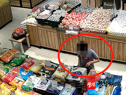 """南京""""熊孩子""""用牙签扎破超市45袋大米 母亲:超市监管不力"""