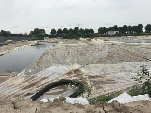 污泥池仅覆盖塑料薄膜。图片来源:生态环境部网站。