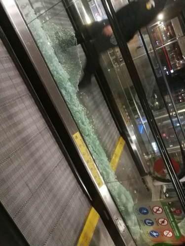 虹桥机场玻璃被粉丝挤碎了。