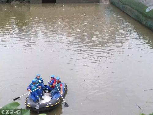 搜救现场。图片来自视觉中国
