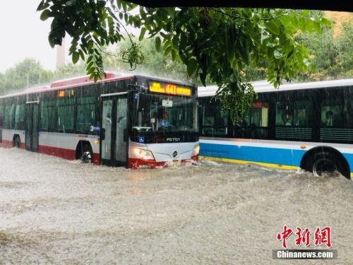 7月16日,北京回龙观地区的积水情况。纯粹 摄