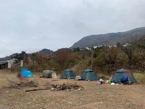 核心区附近有游客搭起帐篷,堆起柴火。