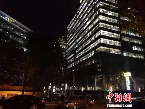 21点过后,科学院南路的一座写字楼依旧灯火通明。中新网记者 张尼 摄