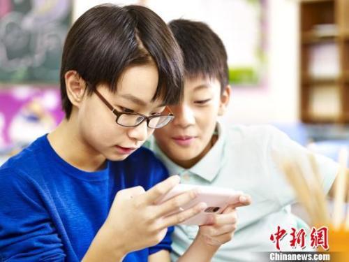图为:使用电子产品易对青少年视觉健康造成危害