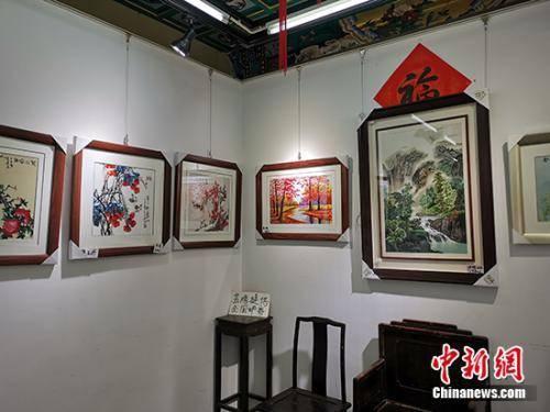 """凹晶溪馆内的""""展览""""。中新网记者 宋宇晟 摄"""