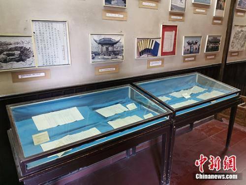 红楼文化艺术博物馆中的展柜。中新网记者 宋宇晟 摄