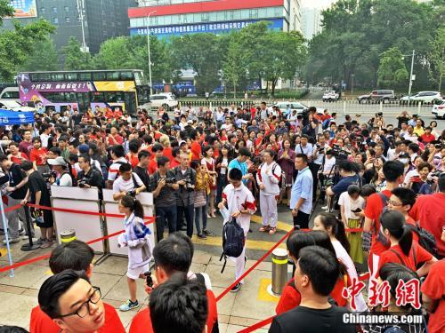 6月7日上午,北京市人大附中考点外,考生陆续进场。 中新网 杨雨奇 摄