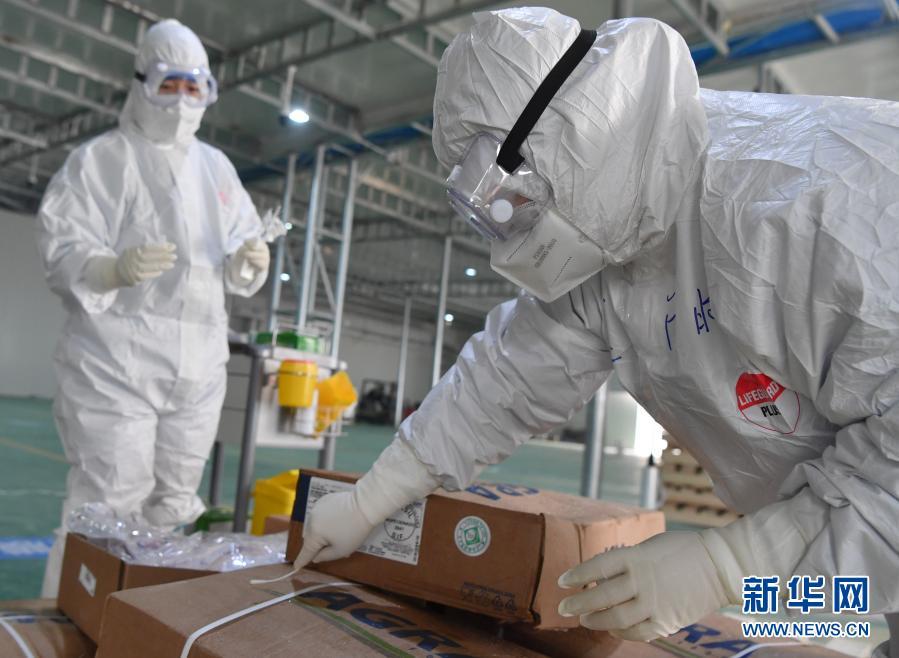1月22日,在郑州市进口冷链食品集中监管仓(惠济仓),工作人员对进口食品外包装进行抽检采样。