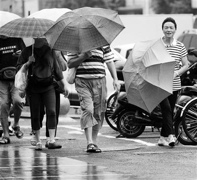 昨日,雨水阵阵,天气凉爽。新华报业视觉中心记者 宋宁摄