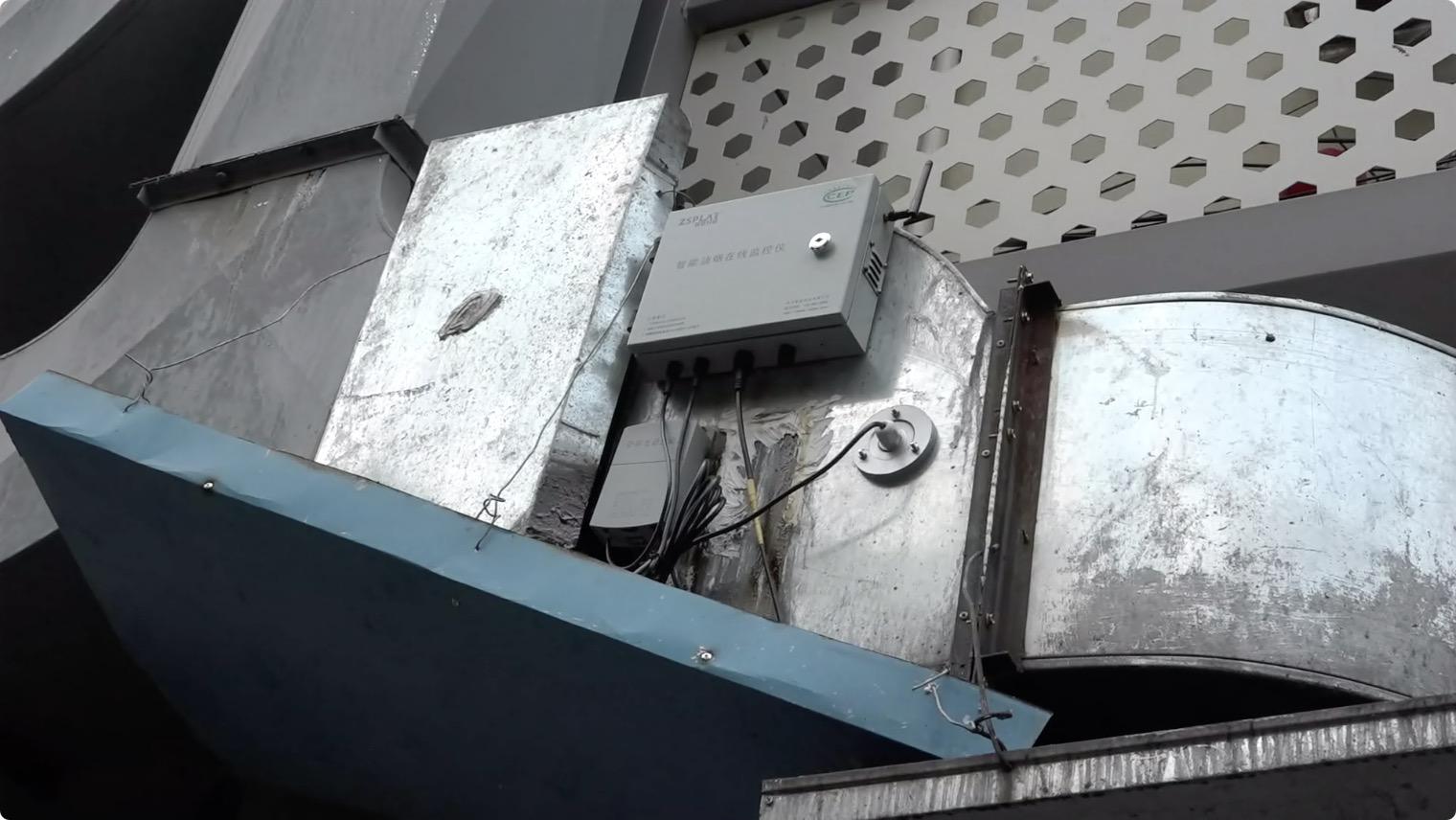 后标营33号楼后的智能油烟监控装置。