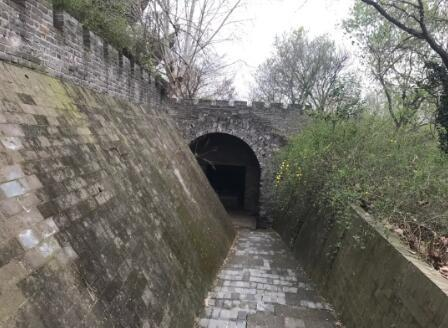 ▲公主墓地势较低,墓室内阴暗潮湿。新京报记者祖一飞摄