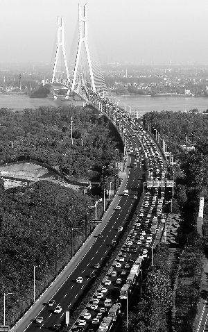 国庆假期第一天,南京长江二桥出城方向车多缓行