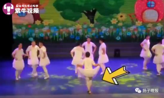 王礼博和同学们跳小天鹅舞