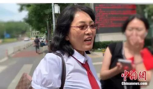受害方代理律师姜丽萍接受媒体采访。杨雨奇 摄