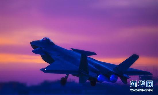 空军歼-20战机参加夜间对抗训练(资料照片)。新华社发(杨军 摄)