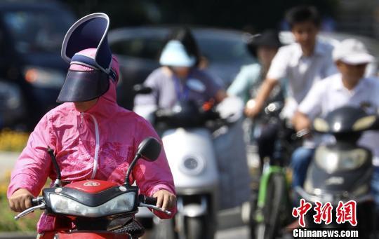 江苏气象部门发布部分路段路面温度高达68度。 泱波摄
