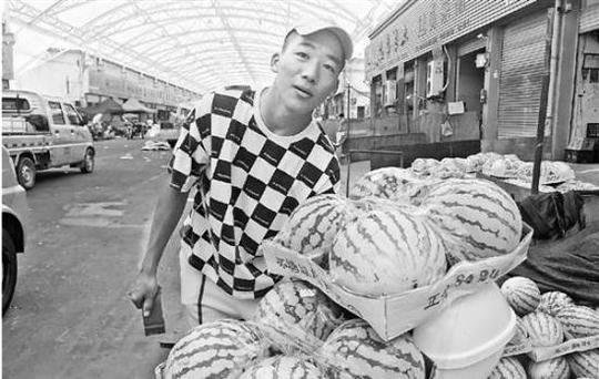 李恩慧在卖西瓜。 钱江晚报 图