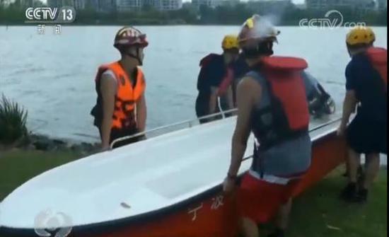 截止到8月9日14点,上海海事局疏散船舶1000余艘。