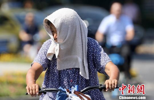 南京市民各种防晒措施齐上阵。 泱波摄