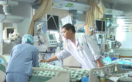 目前,杨先生已经脱离危险期,身体体征恢复正常,转入普通病房。